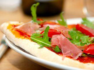 Denne opskrift på pizzadej til ovn sikre, at du altid ender op med en aldeles sprød pizza. Pizzaerne bages ved 275 grader varmluft i cirka 10 minutter. Foto: Madensverden.dk.