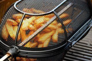 Pommes frites i fintmasket kurv i grillen