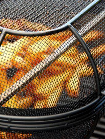 Det er både nemt og lækkert at lave pommes frites i fintmasket kurv i grillen, hvor du bruger grillens rotisserie.Fritterne bliver virkelig sprøde. Foto: Madensverden.dk.