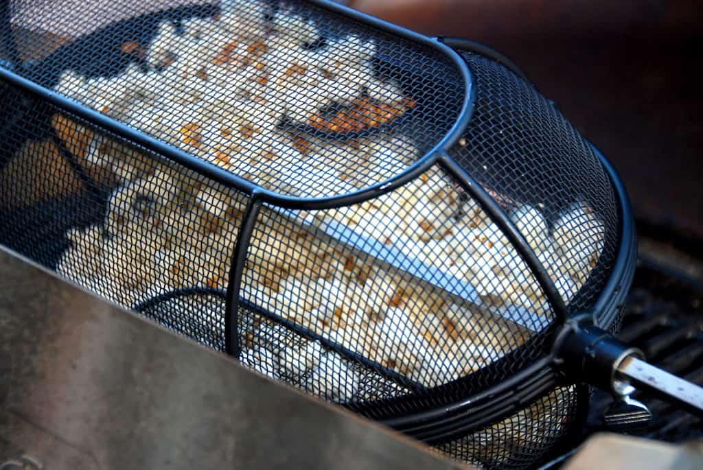 popcorn i grill i kurv på rotisserie
