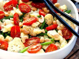 Du får en meget lækker salat med bagt blomkål og tomat, hvor blomkålen og tomaterne bages i ovnen i 10 minutter. Derefter blandes salaten med grønne bønner og cashewnødder. Foto: Madensverden.dk.