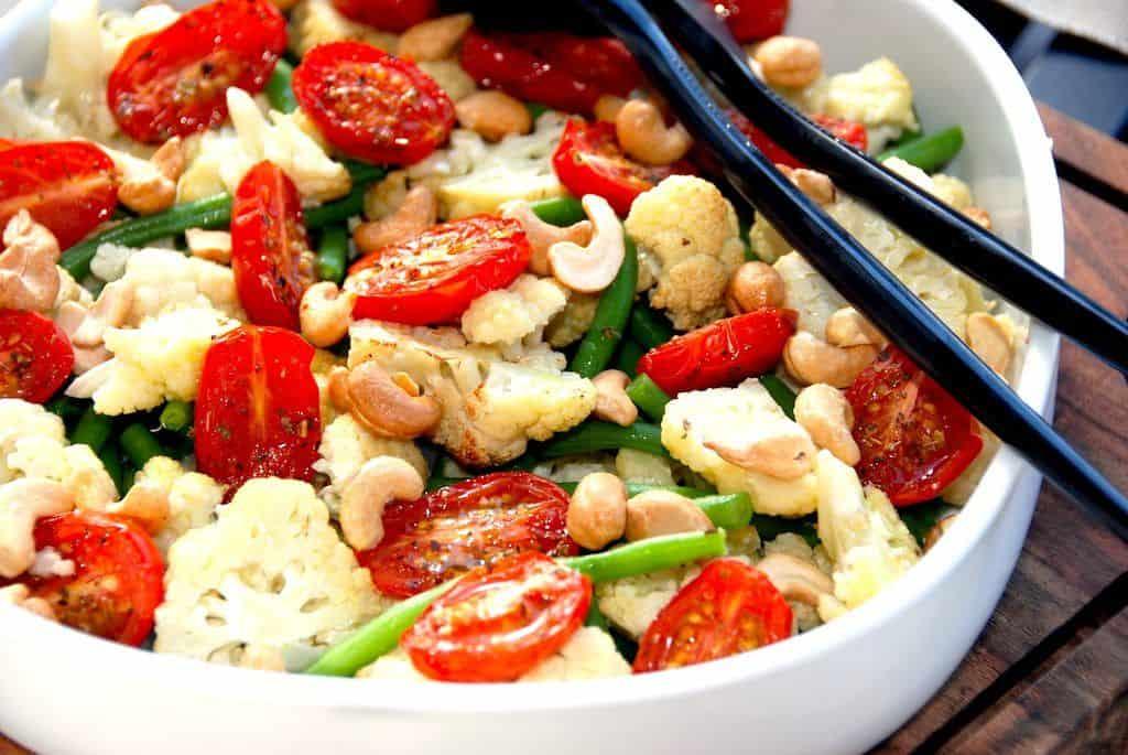Salat med bagt blomkål og tomat opskrift