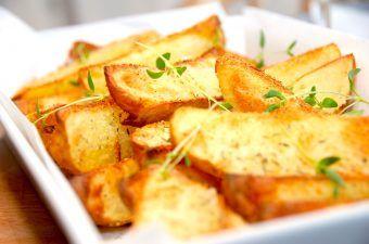 Super sprøde kartofler med rasp i ovn er en fremragende metode til tilberedning af kartoffelbåde. Kartoflerne vendes i æg og drysses med lidt rasp, inden de bages i ovnen. Foto: Madensverden.dk.