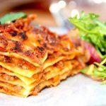 Jeg synes det er verdens bedste lasagne opskrift, og lasagnen bliver super lækker og saftig. Læg mærke til de mange lag pastaplader. Lasagnen kan laves med eller uden mornaysauce. Foto: Madensverden.dk.