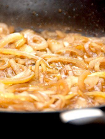 Bløde løg er uundværlige til både hakkebøffer og mørbradbøffer, men prøv dem også på din hotdog i stedet for ristede løg. Foto: Madensverden.dk.