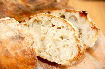 En super lækker ciabatta opskrift, der giver et fantastisk brød med store huller. Brødet er samtidig fugtig og blød i strukturen, og med en dejlig skorpe. Foto: Madensverden.dk.
