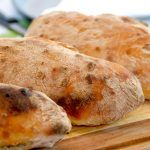 Super sprøde ciabattabrød, der er klassiske madbrød fra Italien. Brødene bliver luftige og med store huller, som mange godtt kan lide ciabattabrødene. Opskirften giver disse tre lækre brød. Foto: Madensverden.dk.