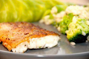 En lækker og pandestegt fisk med skind, der serveres med broccoli risotto og dampet spidskål. Her er der stegt en kuller, men du kan også bruge en torsk eller lignende. Foto: Madensverden.dk.
