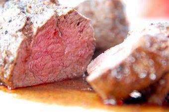 Helstegt oksemørbrad brunes i smør på en varm pande, og derefter er stegetiden blot 20 minutter i ovnen. Oksemørbraden krydres kun med salt og peber. Foto: Madensverden.dk.