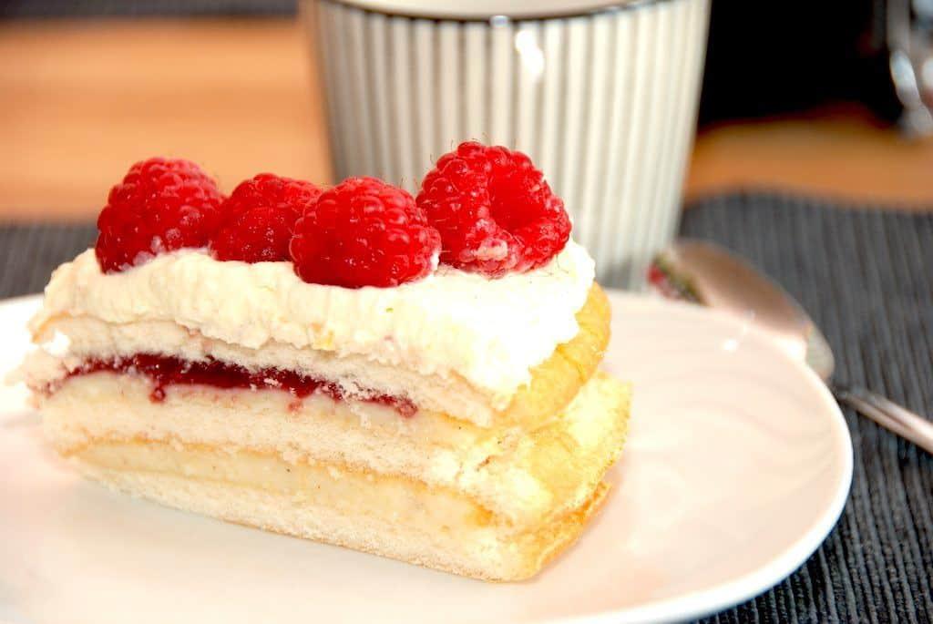 Hindbærlagkage med hjemmelavet creme