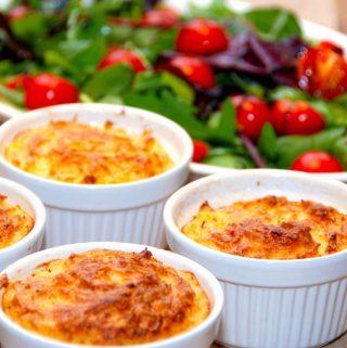 Lækker hvidløgsmos, der er kartoffelmos med hvidløgs, som bages i ovnen i 25 minutter. Foto: Madensverden.dk.