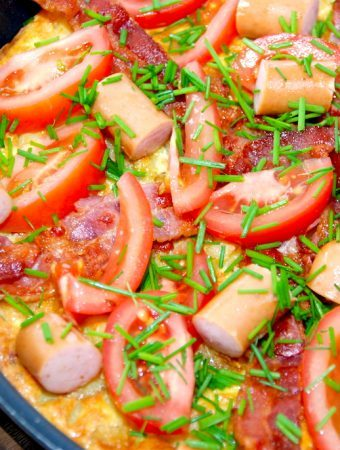 Kartoffelæggekage med bacon og pølser opskrift