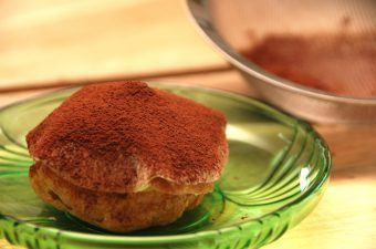 Kartoffelkager er blandt mine absolutte favoritkager. En bund af vandbakkelse med en flødecreme i midten, og så med marcipan på toppen. Drysset med et lilel lag kakao. Det gør kartoffelkagen til den perfekte kage. Foto: Madensverden.dk.