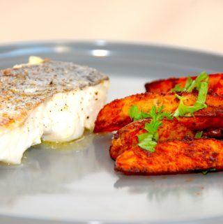 Sund og nem fiskeret: Kuller med sprøde paprikafritter, der serveres med en frisk majssalat. Køb helst en kuller med skind, da den er nemmere at stege på panden. Foto: Madensverden.dk.