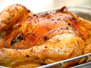 En meget lækker kylling med hvidløg og brunet smør, der steges i ovnen. Kyllingen bliver saftig og skindet sprødt. Foto: Madensverden.dk.