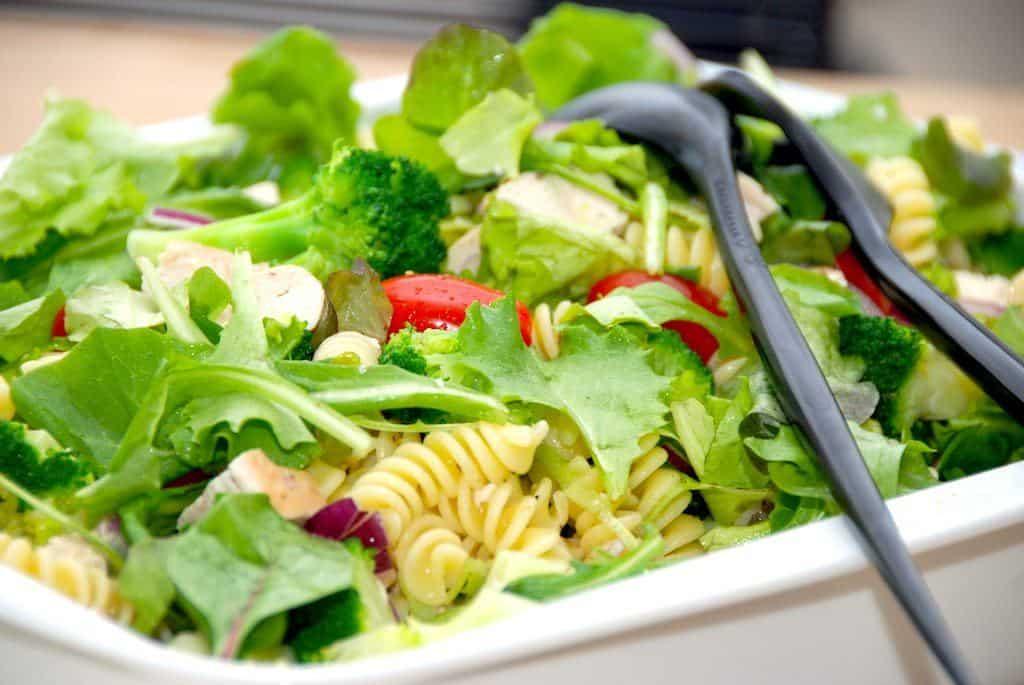 Super lækker kyllingesalat opskrift med stegt kylling og dejlige grøntsager. Det blandes med en mixed salat og en velsmagende dressing. Foto: Madensverden.dk.