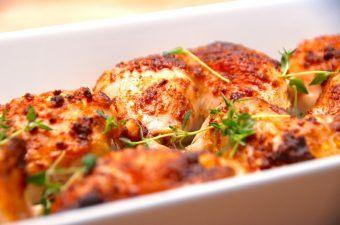 En gammel klassiker, men super dejlig mad: Lørdagskylling med paprika. Kyllingen parteres og krydres med paprika, inden den steges i et fad i ovnen. Foto: Madensverden.dk.