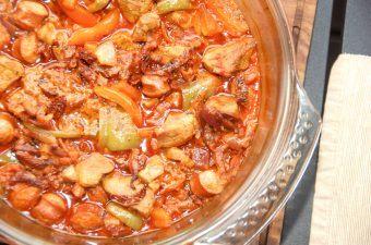Skøn mørbradgryde med soltørrede tomater og bacon. Mørbradgryden kan laves i en stegegryde eller som her i en stegeso i ovnen. Begge dele er godt. Foto: Madensverden.dk.