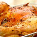 Madplan uge 35 giver dig blandt andet opskriften på denne dejlige kylling, der pensles med brunet smør og hvidløg. Foto: Madensverden.dk.