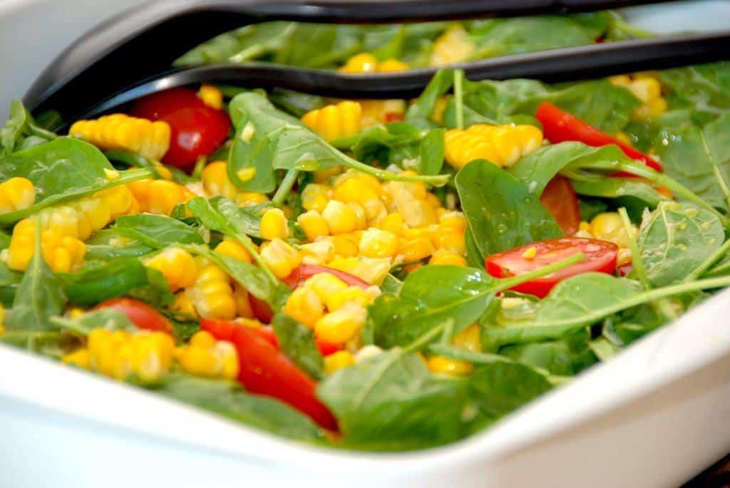 Majssalat med friske majskolber og spinat