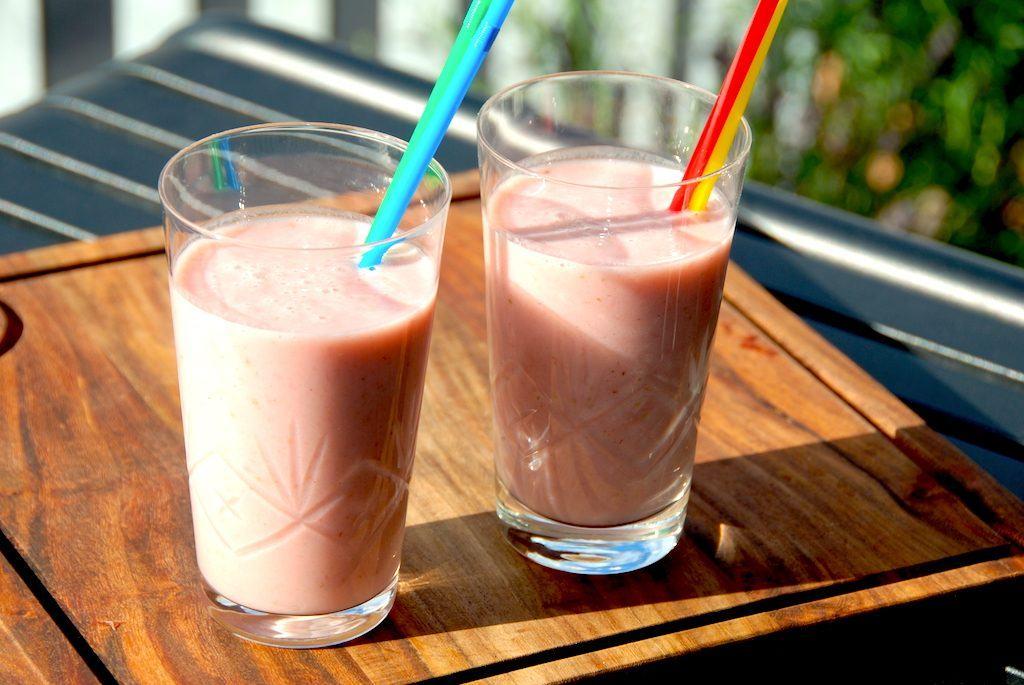 Anret en nem jordbær smoothie med banan med sugerør, og du har et sikkert hit hos både børn og voksne. Foto: Madensverden.dk.