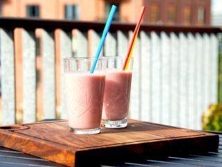 En virkelig nem jordbær smoothie med banan, der laves på et par minutter. Smoothien blendes op med mælk. Foto: Madensverden.dk.