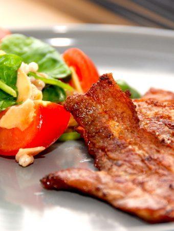 En dejlig omgang stegt flæsk med speltsalat, der er lidt lettere i kalorieindtag end det traditionelle tilbehør med kartofler og persillesovs. Foto: Madensverden.dk.