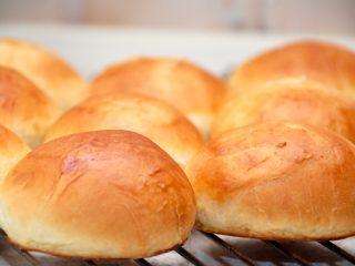 Teboller opskrift som bageren laver tebollerne. Bollerne er lette og luftige, og nydes med lidt smør. Foto: Madensverden.dk.