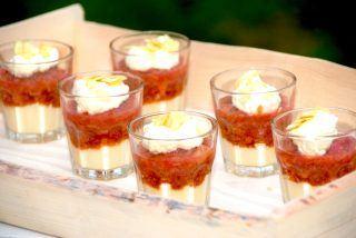 Trifli med rabarber, makroner og flødeskum
