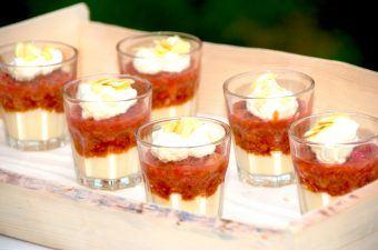 Skøn trifli med rabarber, og en lækre dessert har selvfølgelig også selskab af knuste makroner og flødeskum. Foto: Madensverden.dk.