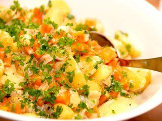 Se lige den lækre anretning med varm kartoffelsalat med gulerødder og skalotteløg. Den varme kartoffelsalat er nem at lave, og indeholder en virkelig lækker dressing med sherryeddike, fløde og sirup. Foto: Madensverden.dk.