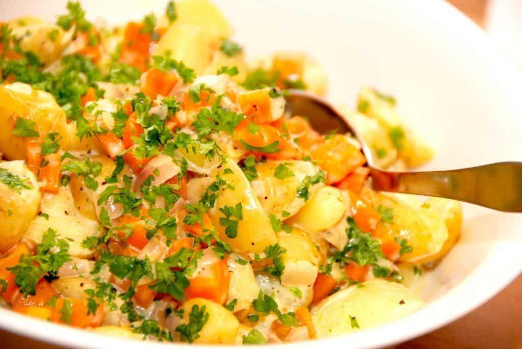 Varm kartoffelsalat opskrift med gulerødder