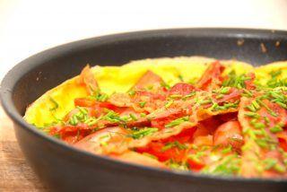 Gammeldags æggekage i pande, og æggekagen er lavet med bacon. Den perfekte opskrift på æggekagen, og med kokkens bedste trips. Foto: Holger Rørby Madsen, Madensverden.dk.