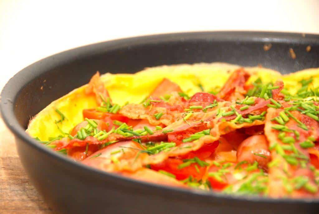 Æggekage opskrift med bacon, tomater og purløg