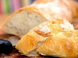 Et lækkert filonebrød, der bages med fordej. Derfor skal du starte dagen før, men det er stadig et brød, der er ret nemt at bage. Filonebrød er et godt madbrød. Foto: Madensverden.dk.
