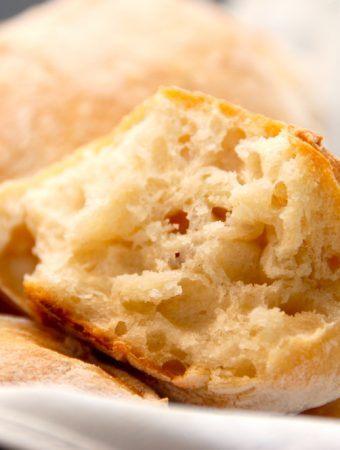 Disse italienske boller er meget nemme at bage, og som du kan se på billedet, så giver det meget luftige brød med store huller. Foto: Madensverden.dk.