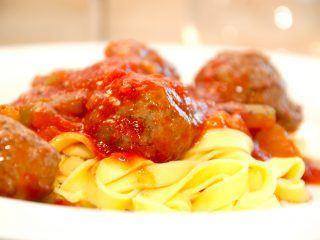 Lækre kødboller i tomatsovs med peberfrugt, hvor kødbollerne først steges i ovnen. Tomatsovsen koges sammen, og kødbollerne varmes ved til sidst. Foto: Madensverden.dk.