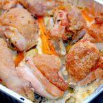 En lækker kylling med grøntsager i fad, der blandt andet laves med gulerødder og fennikel. Fadet med kyllingen bages i ovnen i en lille times tid. Foto: Madensverden.dk.