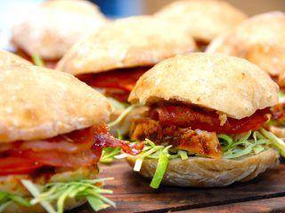 En meget lækker kyllingesandwich, der laves helt fra bunden. Det lyder måske besværligt, men sandwichbrødene er faktisk meget nemme at bage. Foto: Madensverden.dk.
