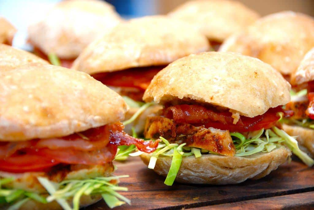 Kyllingesandwich med spidskål og tomat