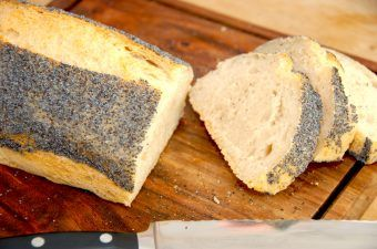 Et både nemt og langtidshævet brød, der hæver natten over, og meget nemt færdigbages morgenen efter. Foto: Madensverden.dk.