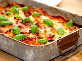 Hjemmelavet lasagnette med pastapenne og en lækker kødsovs. Pasta vendes med kødsovsen, og til sidst hældes den hvide bechamelsovs over, inden lasagnetten bages i cirka 30 minutter i ovnen. Foto: Madensverden.dk.