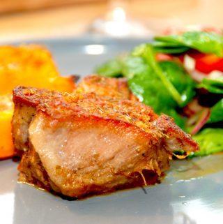 Nakkekam i ovn, der langtidssteges med hvidløg og rødløg. Kødet bliver mørt som smør, og skyen er helt fantastisk til. Foto: Madensverden.dk