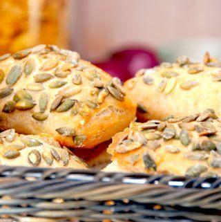 Lækre græskarbrød, der er et nemt morgenbrød. Dejen røres sammen aftenen før, og om morgenen vendes dejen hurtigt sammen, brødene formes, hæver og bages i ovnen. Foto: Madensverden.dk.