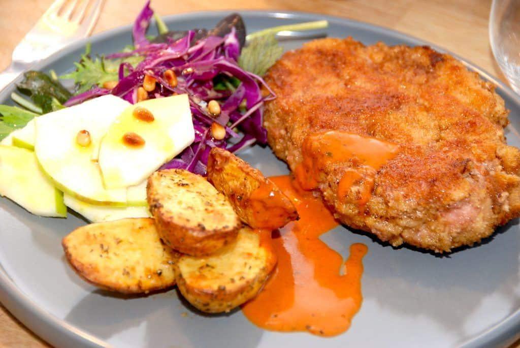 Panerede nakkekoteletter med ovnkartofler og salat