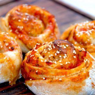 Super dejlige, svampede og uimodståelige pizzasnegle. Fyldt med tomat, skinke og en sticky mozzarella ost. Foto: Madensverden.dk.