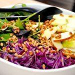 Se lige denne lækre salat med æble, rød spidskål og en napolitana blanding, der dryppes med en lække dressing og pyntes med ristede pinjekerner. Foto: Madensverden.dk.