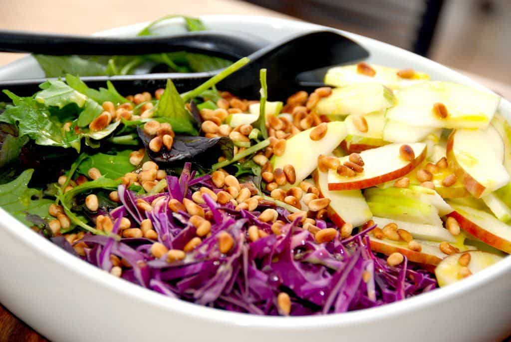 Salat med æble, rød spidskål og napolitana