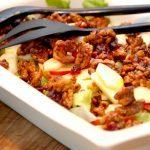 En skøn salat med honningristede valnødder, der blandes med iceberg, æbler og tranebær. Salaten passer blandt andet godt til forloren hare og vildt. Foto: Madensverden.dk.
