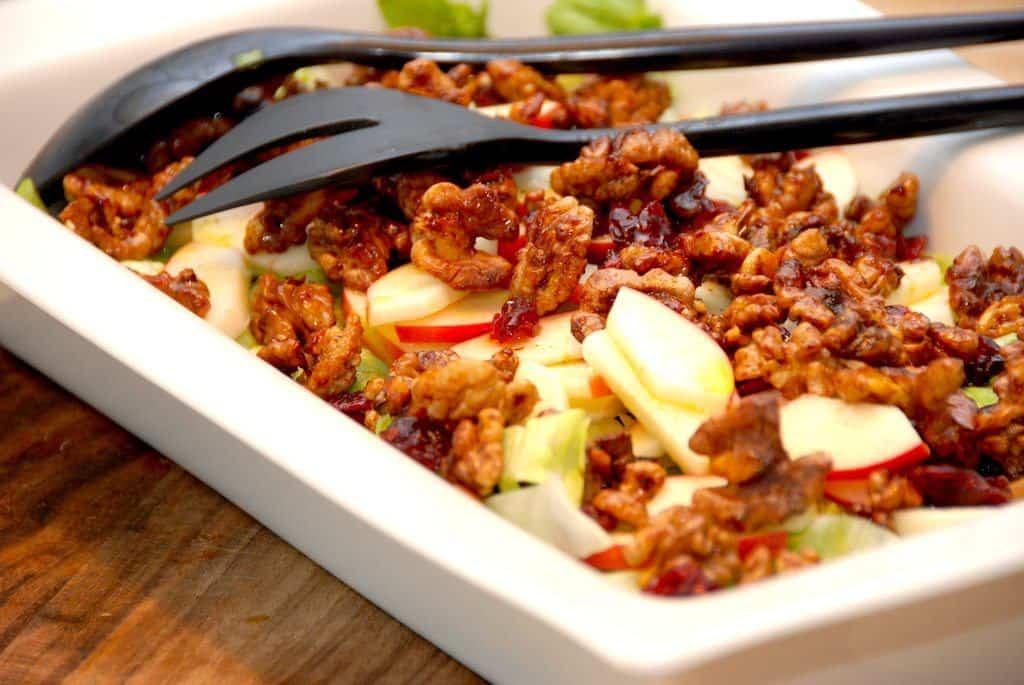 Salat med honningristede valnødder og æble